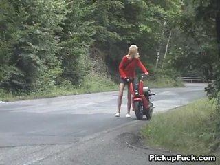 Blonde frapper en la woods près de la route