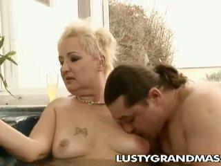 Lusty grandmas: en chaleur grosse vieille leila ramonée en jacuzzi