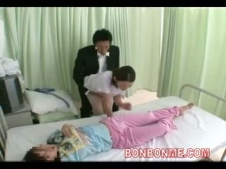 Enfermera paja en frente de esposa 03