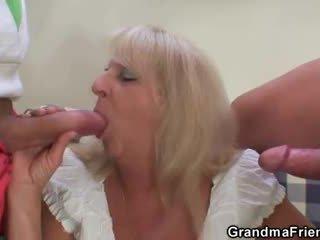 Blondinke babi v vroče trojček orgija