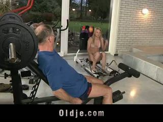 Oldje: vechi dude gets norocos cu o sexy blonda gagica.