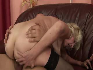Läkkäämpi mummi nauttia vauva mulkku sisään pillua ja suu