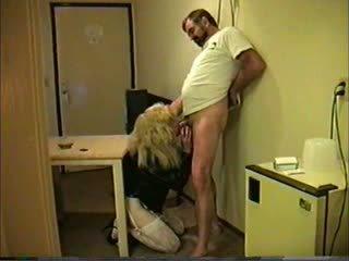Blonda travesti giving cap pentru guy