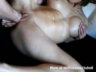 Krūtinga milf double fist pakliuvom į a laukinis orgazmas