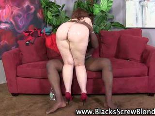 ใหญ่ ตูด เซ็กส์ระหว่างคนต่างสีผิว ผู้หญิงสำส่อน fucks an แอฟริกัน stallion
