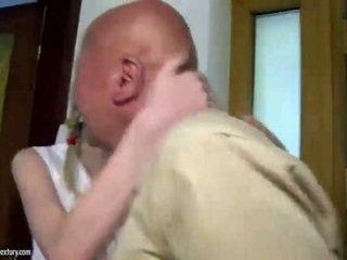 Adoleshent cutie fucks gjyshi