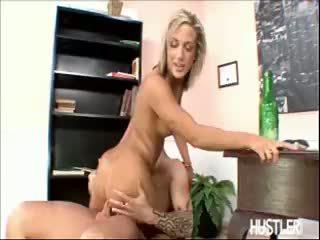 Kara novak jumps em um caralho