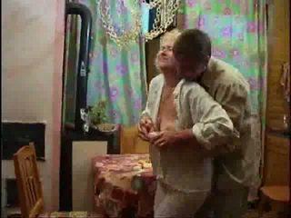 Зріла білявка голий і forcing пеніс вниз її throat відео