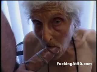 Senile wrinkled babičky gives výstřik a je fucked podle deviant blázen
