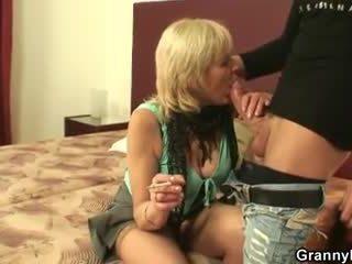 Vana prostituut sucks ja rides tema riist