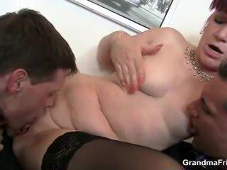 অফিস যৌনবেদনাময়ী রমনী swallows two dicks