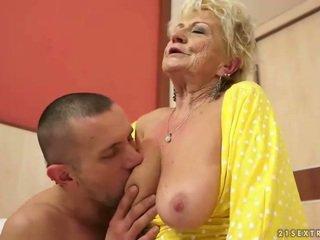 Dögös nagyi gets neki szőrös punci szar