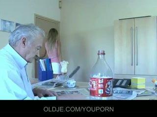 Abuelo gustavo follada por su silly sirvienta