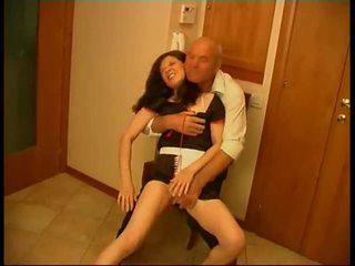 Seductive bruna cameriera gets rammed da vecchio fart