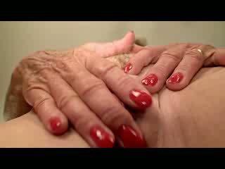 Pierced 乳頭 奶奶 fingers 視頻