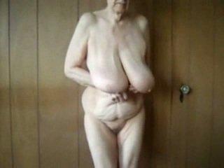80 년 늙은 할머니 와 큰 saggy 가슴