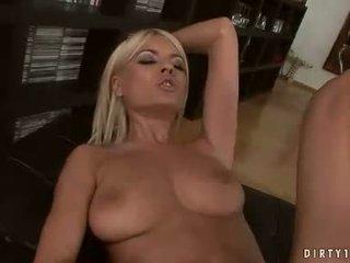 Секси лесбийки hannah ловец и jasmine rouge having а путка licking действие