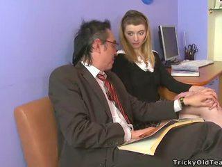 Ištvirkęs senas mokytojas giving lessons