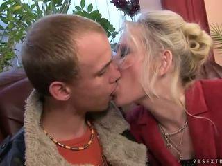 סבתא מזיין עם שלה צעיר boyfriend