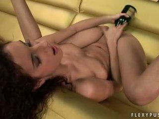 Bushy haired leanna солодка stuffs її flexy taut twat з a вино пляшка