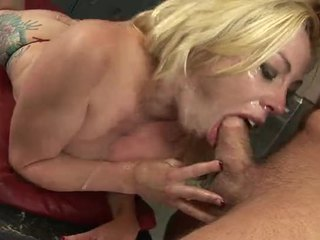 Seksi rambut pirang gadis nakal adrianna nicole menyumbat mulut di sebuah kontol