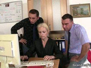 Two dudes शेयर पुराना ब्लोंड में the ऑफीस