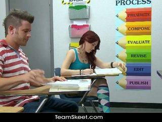 Szexi vöröshajú diáklány tini blows classmate