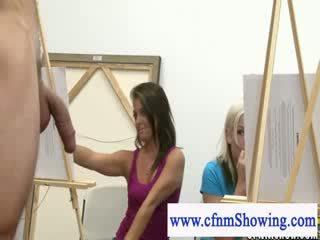 Облечена жена гол мъж получавам близо с модели по време на artclass