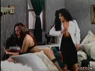 Rambut coklat wanita jalang sticks penis buatan di shemale's bokong