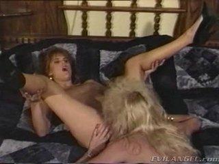 2 lezbike babes licking, stimulim me gisht & toying çdo të tjerët holes