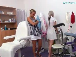 Blondynka dziewczyna went do jej gynecologist na regular egzamin