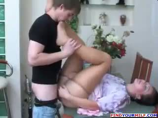 Krievi māte un dēls zeķbikses fetišs sekss
