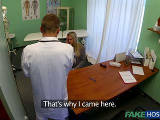 Médico banged jovem paciente.