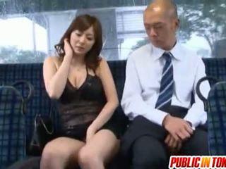 Yuma asami gets прецака от възрастни guy на а автобус в публичен
