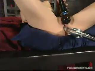 Sarah blake has got laid por um mighty screwing device em um cellar