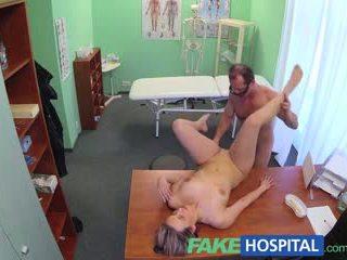 Fakehospital новий лікар gets збуджена матуся голий і вологий з desire