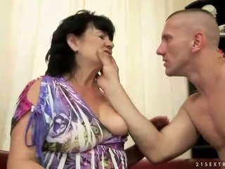 שמנמן שיערי סבתא gets מזוין