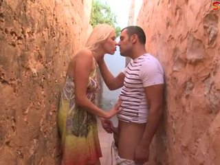 Bjonde adoleshent fucks turist në alley