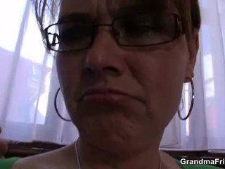 Krūtinga mama enjoys čiulpimas ir jojimas two cocks