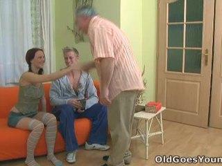 Teenaged בייב screams את כ an בוגר chap gives שלה the hell של the מזיין