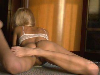 Sasha בלונדינית מפשקת שלה רגליים שיערי