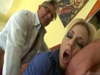 Hot blond jessie volt rides gammel guy på sofa og eats sæd