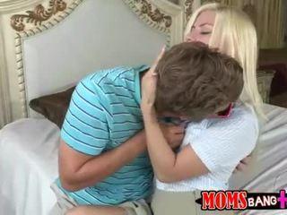 Milf syren demer bli med tenåring par i seng