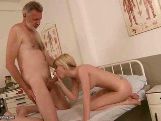 Starý člověk fucks horký mladý blondýnka