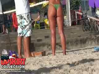 Các tuyệt đẹp bimbo là wearing một thực sự nhỏ bikini thong trên cô ấy cutie và bong bóng mông