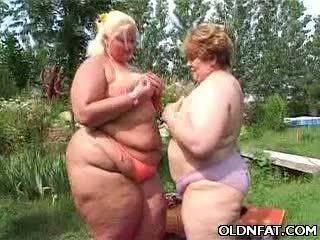 Grasso matura lesbiche having sesso outdoors