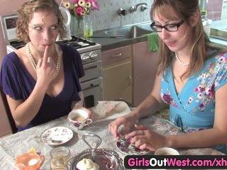 可爱 澳大利亚的 女同志 舔 他们的 粉红色 holes