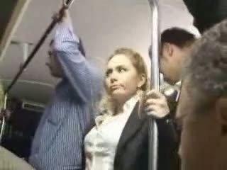 Sexy blondýna dievča zneužité na autobus