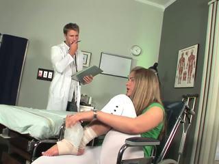 Disabled babe starts untuk merasa toe mengisap