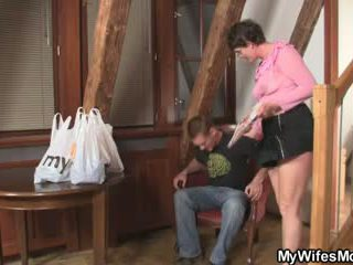 Cock-hungry wanita jalang seduces putra di hukum